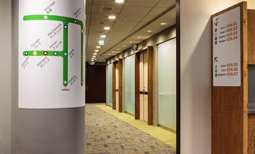 オフィスデザイン実績 ミーティングルーム・通路(シンプル、ユニーク)